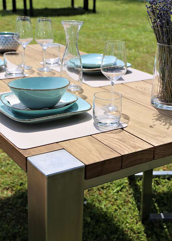 Tisch aus Edelstahl mit Thermoholz
