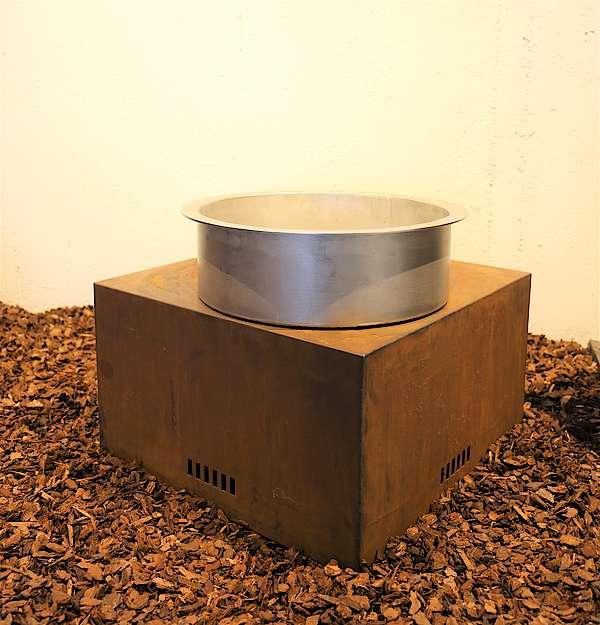Feuerstelle mit Einsatz aus Edelstahl